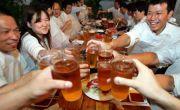 Người châu Á dễ đỏ mặt khi uống bia, vì sao?
