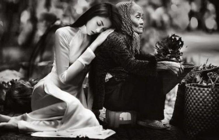 Đã một thời mẹ bỏ quên thiếu nữ, gieo nụ cười, gieo khúc hát quanh nôi…