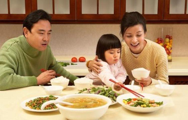 Giáo dục trên bàn ăn sẽ quyết định sự thành công của con trẻ mai sau