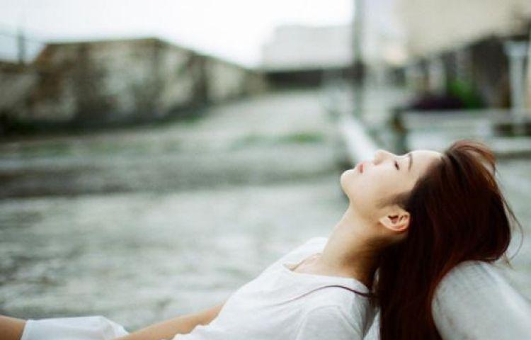 Gửi đàn bà ly hôn : Cứ sống thật hạnh phúc, sao phải sợ miệng lưỡi người đời