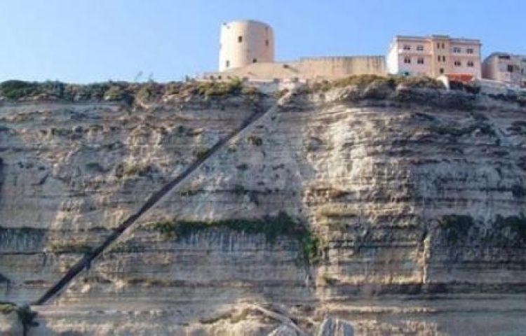 Ngưỡng mộ trước cầu thang khắc vào núi đá dựng đứng cheo leo ở Pháp