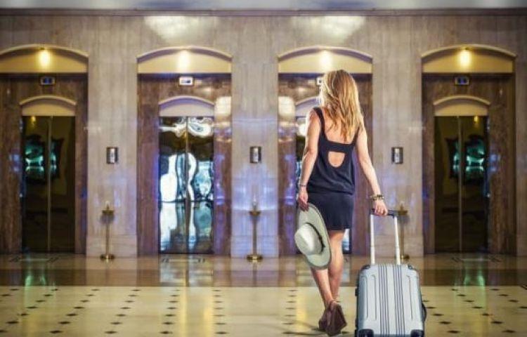 Tiếp viên hàng không Mỹ chia sẻ 8 điều khi check in khách sạn