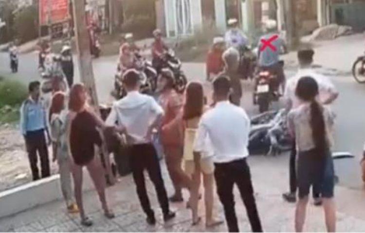 Gã côn đồ đạp vào mặt nữ sinh: Rùng mình vì sự hèn nhát của người xung quanh